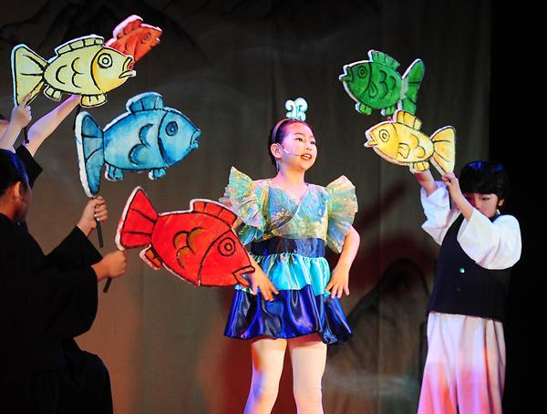 Multicultural children perform a Korean Traditional fairy tale into a drama.